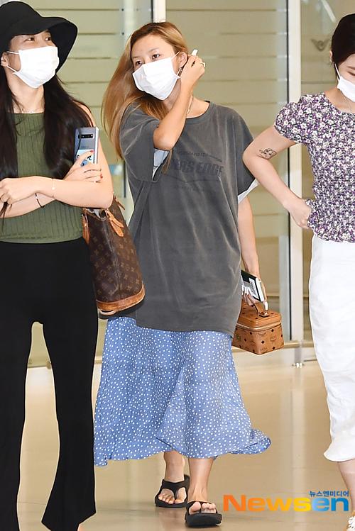 Ngày 14/8, Mamamoo trở vềsân bayIncheon (Seoul) sau khi hoàn thànhconcert 4Season. Final tại Nhật Bản. Thành viên gây chú ý nhất là Hwasa (giữa).