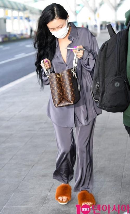 Các fan cho rằng Hwasa là cục cưng của netizen Hàn. Nếu là một sao nữ khác xuất hiện trong bộ dạng xuề xòa này, chắc chắn sẽ nhận về vô số gạch đá. Một số bình luận: Đó mới đúng là thời trang của người đi máy bay; Nhìn có thiện cảm hơn mấy sao mặc đồ tài trợ đó;  Sao Hollywood cũng ăn mặc thoải mái ở sân bay mà. Lên sân khấu phải lồng lộn nhưng ngoài đời thì không cần phải trau chuốtquá; Nhìn như sắp đi siêu thị vậy, chẳng có áp lực gì; Đó là lý do vì sao tôi thích Hwasa. Cô ấy siêu cool luôn...