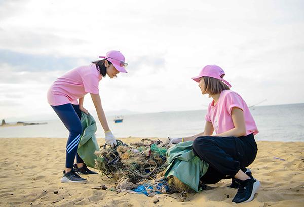 Bộ đôi hot girl tích cực tham gia nhặt rác cùng các tình nguyện viên.