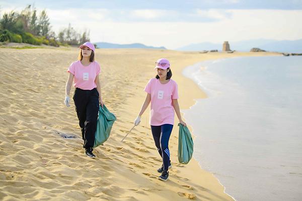 Tại bờ biển ở Quảng Bình, Sa Lim đồng hành tham gia chiến dịch cùng Mi Soa.