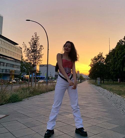 Bức ảnh street style mới của Chi Pu nhận được hơn 70 nghìn lượt thích nhờ style cá tính, thời thượng. Cô nàng diện chiếc áo kiểu khăn vuông, kết hợp cùng quần ống rộng và giày bánh mì.