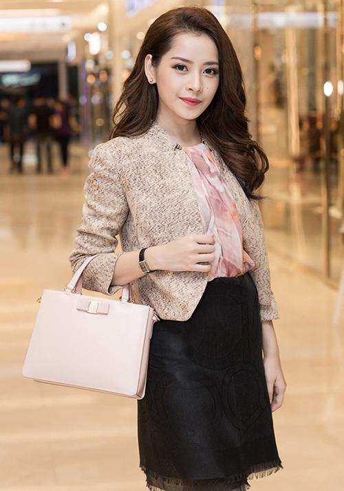 Từ cách đây 3 năm, Chi Pu đã thử nghiệm buộc khăn thành áo váy. Tuy nhiên lúc đó cô nàng trông khá dừ, không thời thượng như hiện tại.