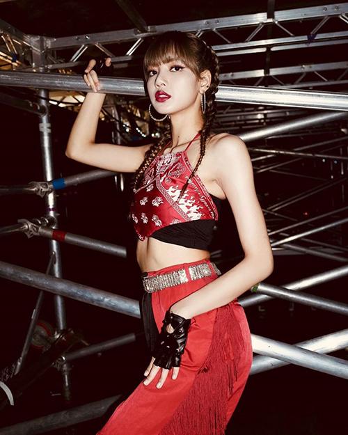 Khi diện mốt khăn áo, Lisa cũng thường kết hợp với quần cạp cao ống suông rộng.