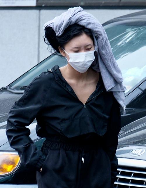 Mặc như bà thím ở sân bay, Hwasa (Mamamoo) vẫn được netizen khen ngợi - 6