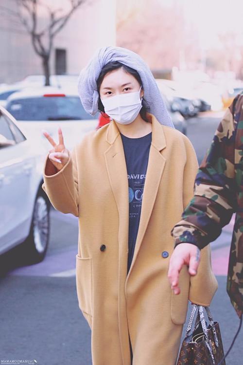 Mặc như bà thím ở sân bay, Hwasa (Mamamoo) vẫn được netizen khen ngợi - 7