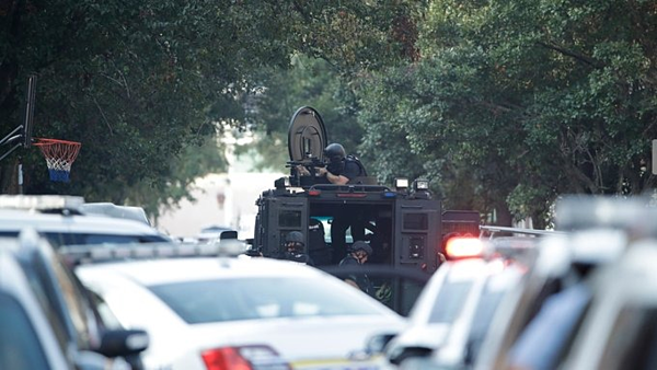 Cảnh sát và xe bọc thép được triển khai đến Nicetown, Philadelphia sau khi có ít nhất 6 sĩ quan bị bắn. Ảnh: AP.
