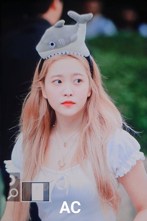 Làn da trắng sáng giúp Yeri chinh phục màu tóc vàng rực. Nhờ thay đổi màu tóc và cách trang điểm, nữ idol ngày càng tỏa sáng, không còn là một mảnh mờ nhạt trong đội hình Red Velvet.
