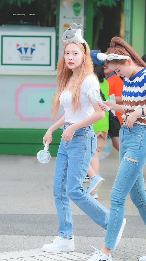 Ngày 13/8, Yeri cũng hút sự chú ý khi cùng Red Velvet ghi hình tại công viên Everland, tỉnh Gyeonggi, Hàn Quốc.