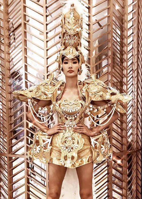 Hoàng Thùy gây tò mò khi diện bộ trang phục hoành tráng lấy cảm hứng từ đầu rồng.