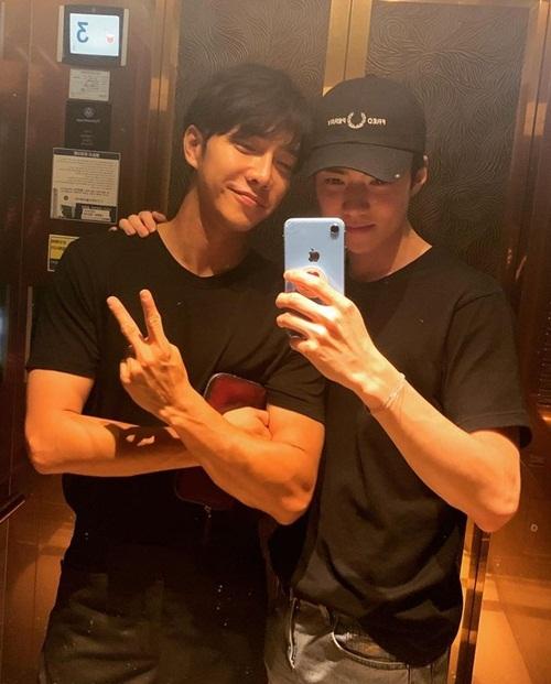 Se Hun (phải) hội ngộ Lee Seung Gi. Hai trai đẹp chụp hình cùng nhau khiến các fan nữ hú hét.