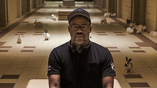 Đạo diễn Jordan Peele cùng bối cảnh trong phim Us.