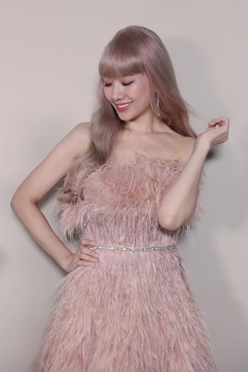 Bộ váy màu nude với thiết kế được đính hoàn toàn từ lông vũ kết hợp pha lê ở ngực được Hari đặc biệt yêu thích.