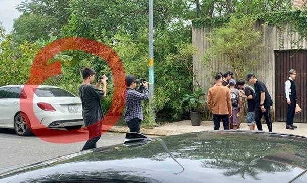 Chiếc xe của Lan Ngọc xuất hiện ở phim trường nơi Chi Dân quay MV.