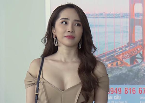 Nhã là nhân vật tiểu tam gây sóng gió bậc nhất màn ảnh Việt thời gian qua. Cô nàng là tác nhân gây xích mích, chia rẽ giữa Vũ (Quốc Trường) và Thư (Bảo Thanh) trong Về nhà đi con. Đảm nhiệm vai một chuyên gia tư vấn kinh tế nhưng Nhã luôn mặc đồ kiệm vải, khoe vòng một triệt để.