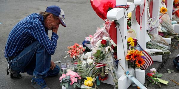 Chồng mời cả thế giới dự tang lễ vợ thiệt mạng trong xả súng siêu thị vì nhà không còn ai