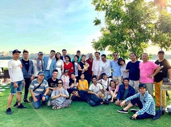 Đoàn phim Về nhà đi con, chụp hình hồi tháng 6/2019. Ngày quay này, cu Bon *Gia Hưng), NSND Hoàng Dũng và diễn viên Ngân Quỳnh chính thức hết vai.