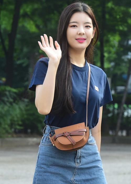 Mới đây LiA đã khoe trang phục trẻ trung, năng động của mình trên đường đến Music Bank. Kết hợp với outfit của cô nàng là chiếc túi đeo chéo mini đến từ thương hiệu LOEWE có giá 1,350 USD (khoảng hơn 31 triệu đồng).