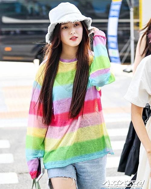 Xuất hiện tại sân bay Incheon vào chiều ngày 16/8 cùng Momoland, Nancy gây chú ý khi diện đồ màu sắc nổi bật, trẻ trung hơn đồng đội.