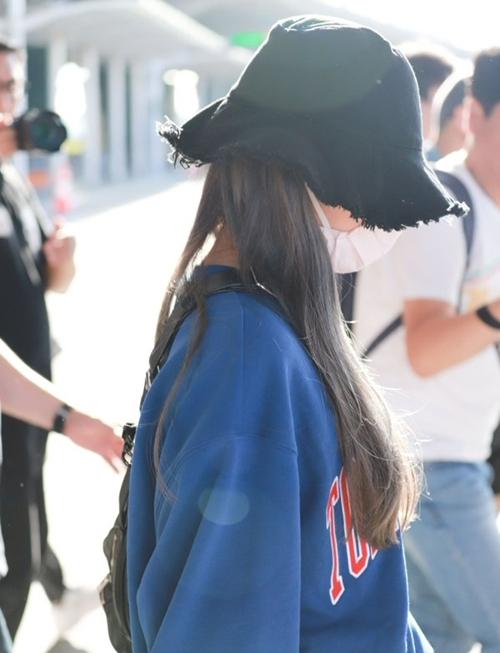 Nữ idol khiến fan lo lắng vì xuất hiện trong tình trạng mệt mỏi. Cô không ngẩng đầu lên mà liên tục cúi mặt tránh ống kính báo chí.