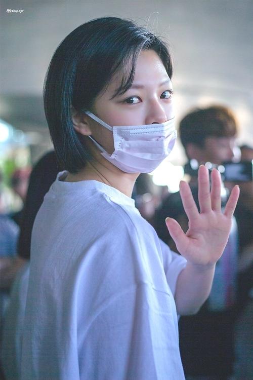 ...và Jeong Yeon vẫy chào người hâm mộ.