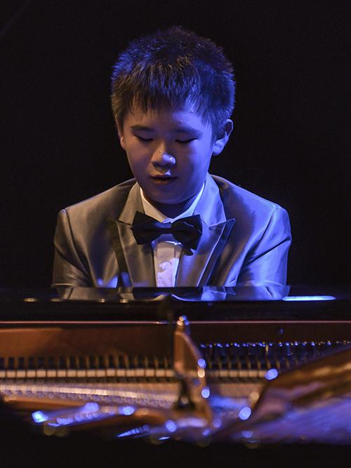 Đặc biệt hơn, Peter Leung gửi tặng khán giả một nhạc phẩm của Việt Nam - bài dân ca Trống Cơm qua tiếng đàn piano vui tươi, nhiều biến tấu. Phần trình diễn đã tạo được nhiều hiệu ứng tích cực, gây bất ngờ và thích thú cho các khán giả với nhiều tràng pháo tay tán thưởng.