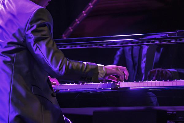 Người bạn nhỏ đầy tài năng này còn thể hiện khả năng thiên bẩm qua các bản nhạc piano cổ điển đòi hỏi kỹ thuật và khả năng âm nhạc xuất chúng như Ballade No.1 và Etude Op.10 No.5 của Chopin, Sonata Op.2 No.3 của Beethoven...