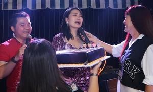 Ngọc Lan bật khóc khi đồng nghiệp mừng sinh nhật bất ngờ