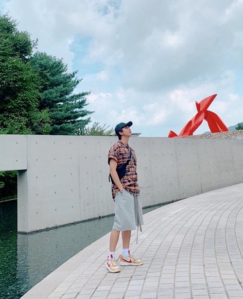 RM (BTS) dành thời gian đi xem các triển lãm nghệ thuật trong kỳ nghỉ.
