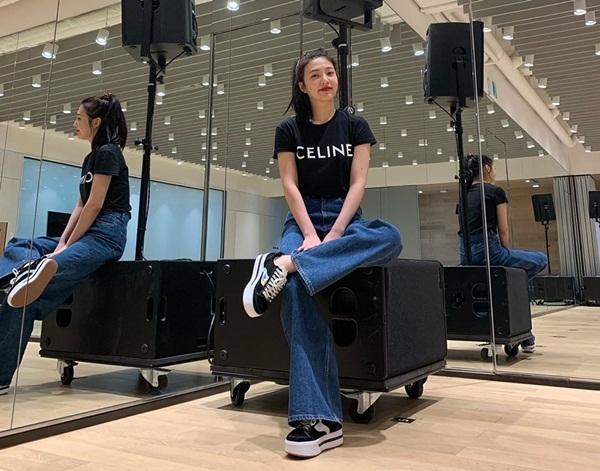 Joy mặc áo phông basic của thương hiệu Celine, kết hợp quần jeans ống rộng và giày thể thao thoải mái để tập luyện cho ca khúc mới.