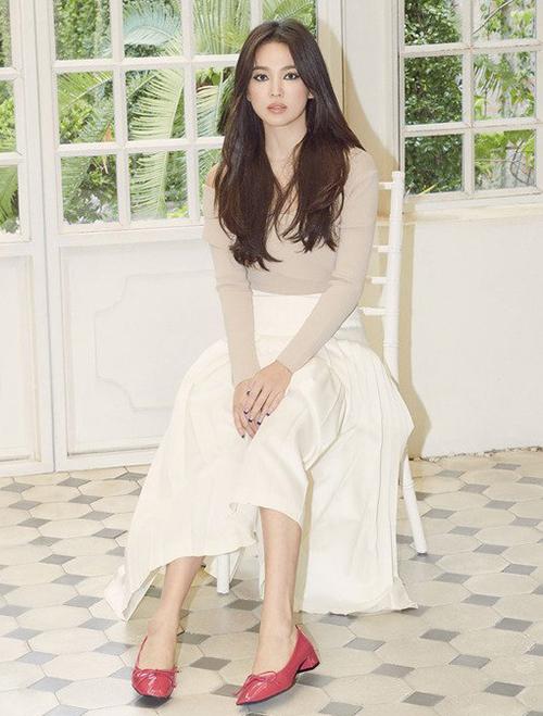 Trên nhiều diễn đàn, netizen bình luận cách kẻ eyeliner đậm dày viền xung quanh mắt không phù hợp với vẻ đẹp thanh khiết, nhẹ nhàng của Song Hye Kyo.