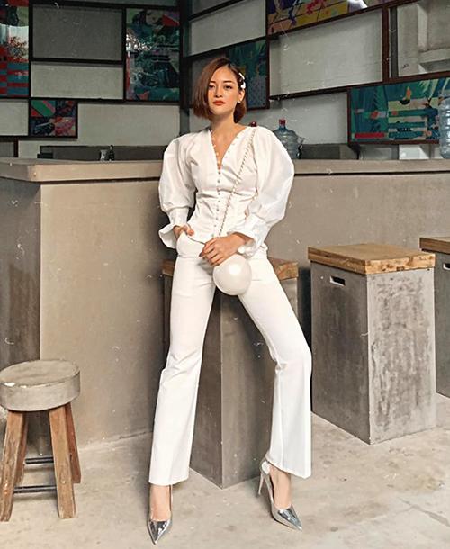 Không hẹn mà gặp, tuần qua, cô bạn thân của Lan Ngọc là Thùy Anh cũng diện cả cây trắng sang chảnh. Chiếc túi ngọc trai nữ diễn viên sử dụng là thiết kế được yêu thích của Chanel.