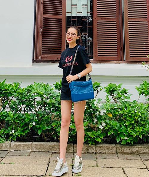 Áo phông Balenciaga giá 11,5 triệu đồng được Tường Linh diện theo kiểu giấu quần khoe chân thon.