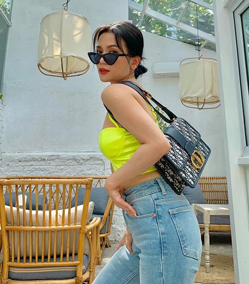 Sĩ Thanh có làn da nâu nên rất thích diện đồ màu neon. Bộ cánh sexy của cô nàng hiện đại hơn nhờ chiếc túi Dior đúng mốt.
