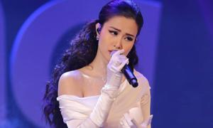 Đông Nhi hát quên lời