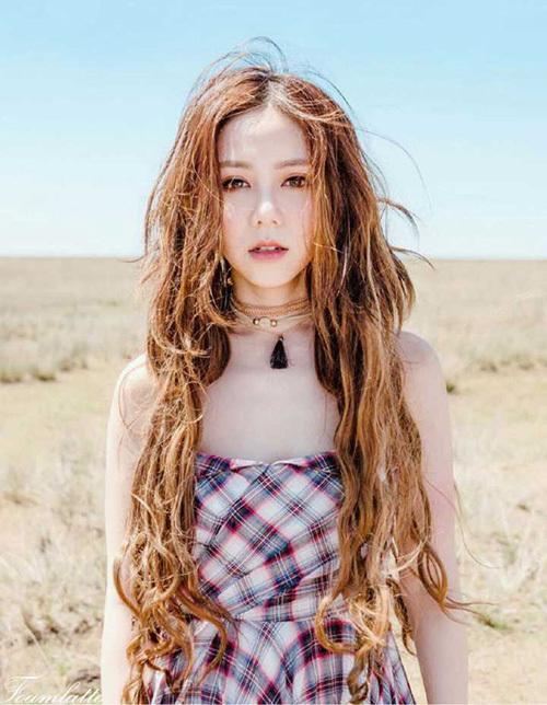 Đặng Tử Kỳ là ca sĩ nổi tiếng của làng giải trí Trung Quốc, có chất giọng khàn đặc trưng. Cô thường được chọn trình diễn trong các show âm nhạc lớn, uy tín.