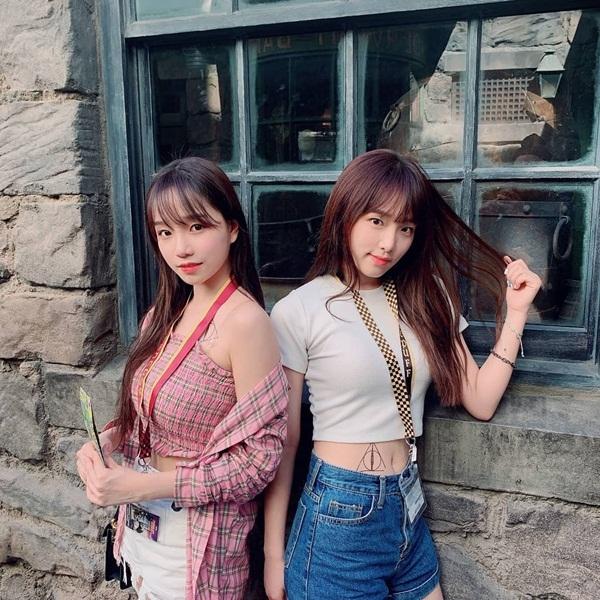 Ye Na (phải) và Yuri của IZONE