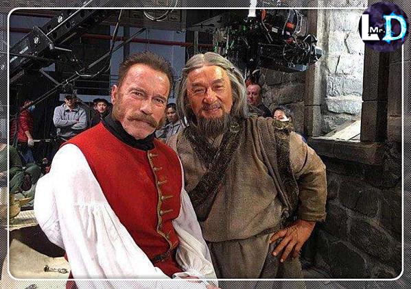 Arnold Schawarzenegger (phải) và Thành Long trong hậu trường phim.