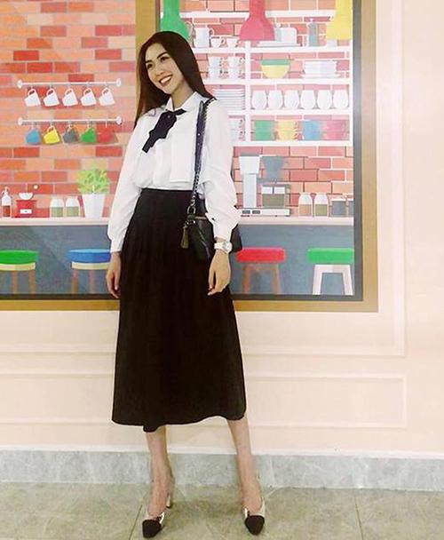 Tường Linh cũng diện đồ đậm cảm hứng tiểu thư trường học