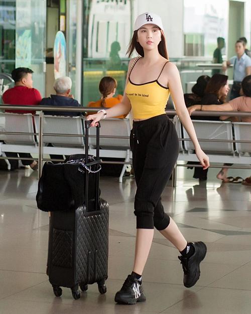 Không chỉ được yêu thích ở Hàn Quốc, mẫu giày khỏe khoắn này cũng dần phủ sóng thời trang của giới trẻ Việt gần đây. Ngọc Trinh là tín đồ của những mẫu sneakers xứ Hàn giá cả phải chăng. Cô sắm đến hai đôi MLB Chunky hai màu để tiện thay đổi.