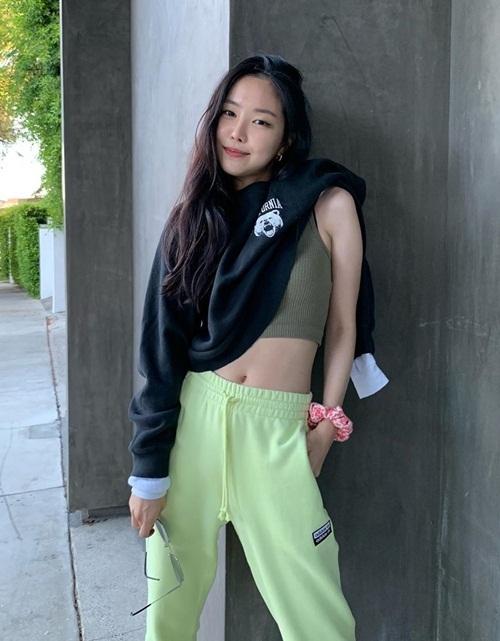 Na Eun nửa mặc áo nửa không
