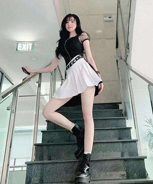 Elly Trần chứng minh có nhan sắc trẻ trung khó tin dù đã là bà mẹ hai con. Nữ diễn viên giống hệt nữ sinh bước ra từ manga khi mặc chân váy xếp ly, thắt lưng dập lỗ và boots da cá tính.