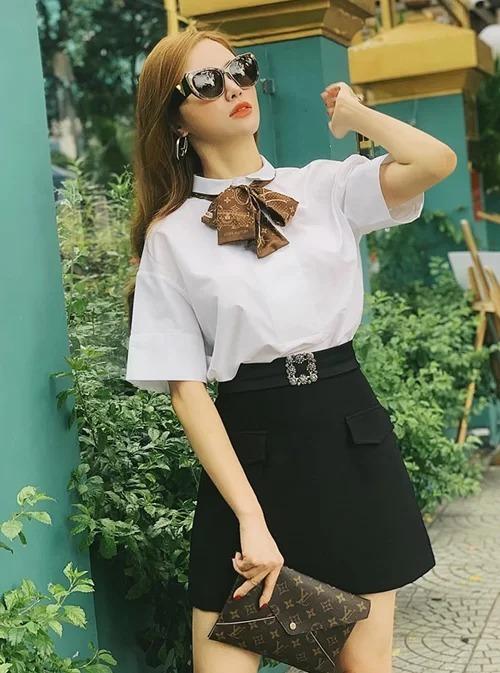 Cách mix sơ mi trắng, chân váy đen cùng những món phụ kiện xinh xắn của Louis Vuitton giúp Hạnh Sino trông vừa trẻ trung vừa sang chảnh. Con nhà giàu chắc hẳn sẽ là từ để nói về Hạnh Sino nếu cô vẫn còn cắp sách đến trường.