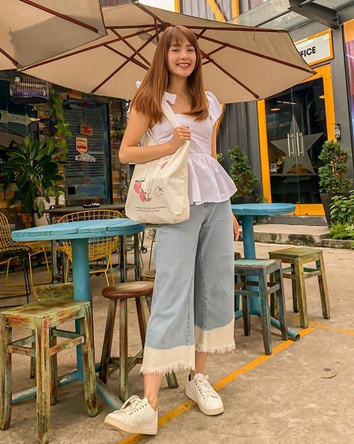 Phong cách của Minh Hằng giúp cô hack tuổi khéo léo, trông giống hệt một cô nữ sinh thân thiện hơn là ngôi sao 32 tuổi.