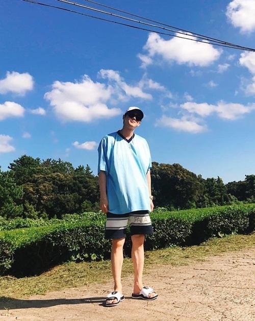 Su Ho thoải mái mặc quần cộc, đi dép lê dạo chơi đảo Jeju.