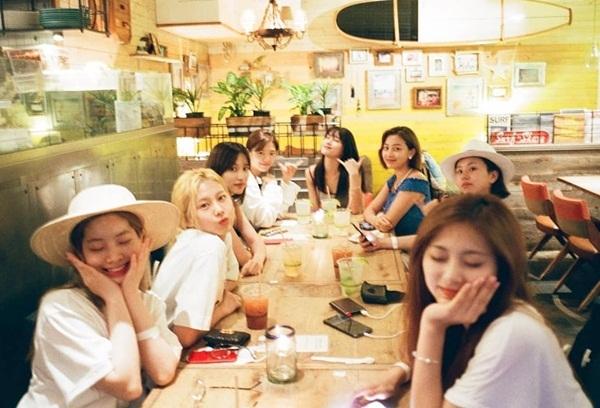 Twice khiến fan xúc động khi chia sẻ ảnh đi chơi của cả nhóm ở Hawaii hồi tháng 6, Na Yeon là người chụp ảnh. Hiện Twice phải hoạt động với 8 thành viên do Mina đang điều trị bệnh tâm lý.