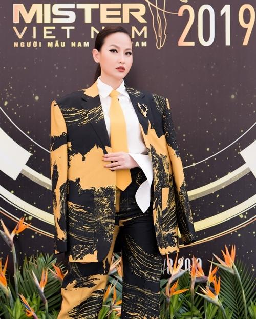 Miss Globe 2017 - Khánh Ngân - diện bộ suit độn vai của NTK Phi Phạm trong sự kiện công bố top 30 Mister Việt Nam mới đây. Đây là dịp hiếm hoi Khánh Ngân thử nghiệm với phong cách menswears. Trước đó, cô gắn liền với hình tượng nữ tính, gợi cảm.