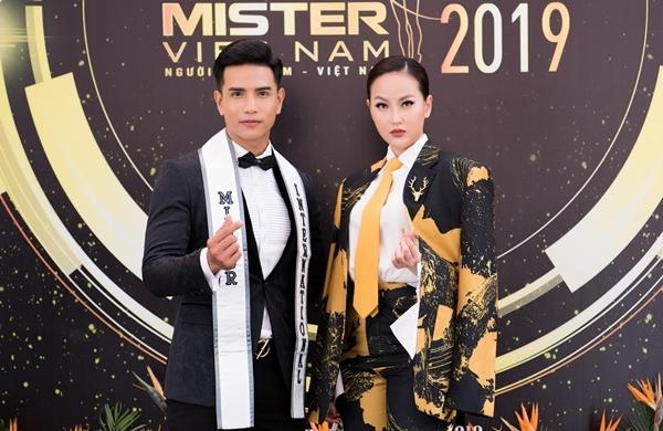 Cô hội ngộ Nam vương Trịnh Bảo tại sự kiện.