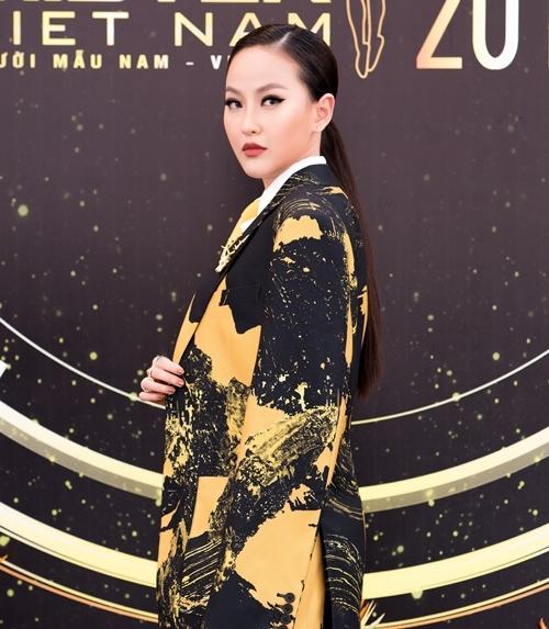 Là huấn luyện viên của Mister Việt Nam 2019, Khánh Ngân cho biết, cô cố tình biến mình thành một quý ông để đọ sắc bên cạnh dàn trai đẹp của cuộc thi.