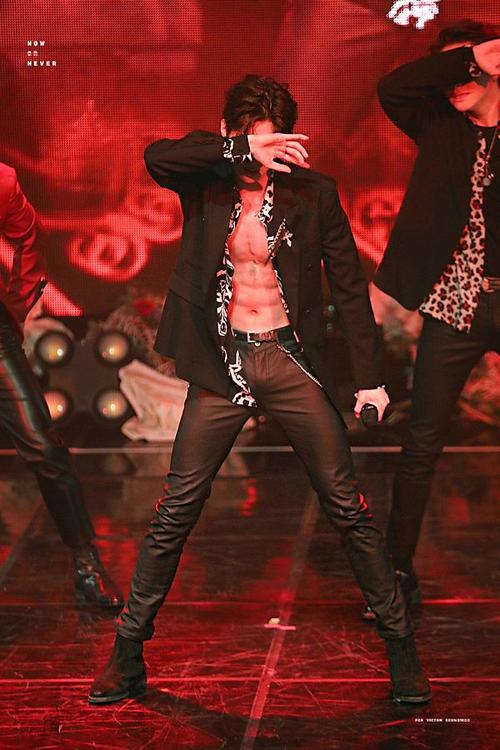 Trong sân khấu cover Havana tháng 12/2018, Han Seung Woo táo bạo show body ấn tượng, trở thành một trong những nam idol sexy nhất Kpop thế hệ mới.