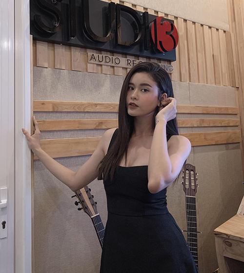 Trương Quỳnh Anh mặc gợi cảm đi thu âm ca khúc mới.